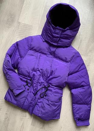 Фиолетовая дутая куртка на кулиске с капюшоном