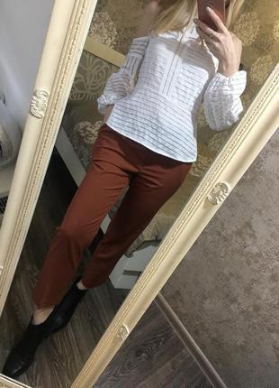 Коричневые брюки с карманами