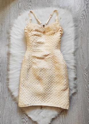 Бежевое короткое бандажное платье мини резинка стрейч бандо с вышивкой молнией бисер гипюр