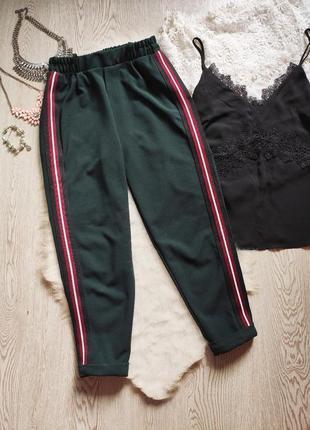 Зеленые плотные спортивные штаны лампасами полосками сбоку кроп бойфренд стрейч на резинк