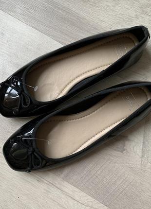 Туфли балетки лаковые черные m&s