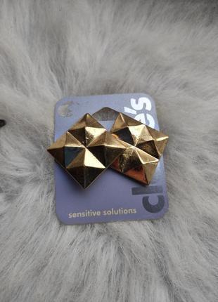 Золотые большие обьемные квадратные сережки массивные золотистые гипоаллергенная бижутерия