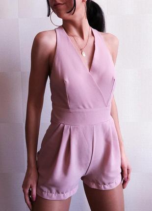 Комбинезон цвета пудры с открытой спиной , ромпер шортами