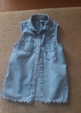 Легкая джинсовая рубашка с бахромой по низу и разрезами