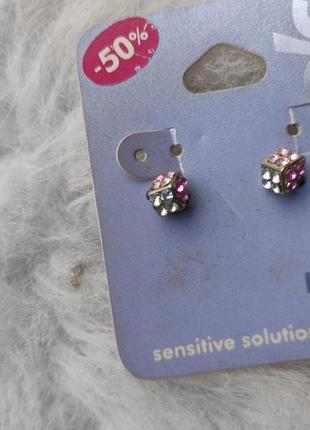 Маленькие серебряные серьги гвоздики квадратные с камнями цветными стразами розовые фиолет