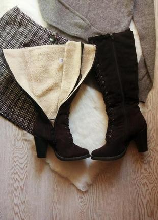 Коричневые темные черные высокие замшевые зимние сапоги со шнуровкой овчиной на каблуке