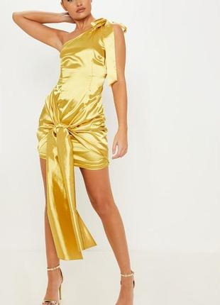 Prettylittlething. товар из англии. атласное платье на одно плечо с эффектным поясом.