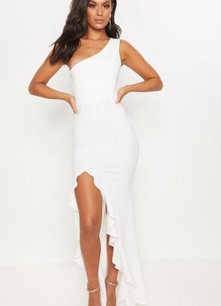 Prettylittlething романтична біла сукня з рюшами