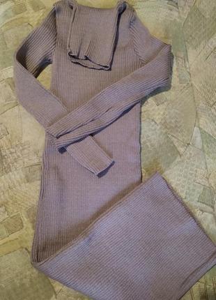 Теплое вязаное платье в рубчик за колено миди платье гольф капучино3 фото