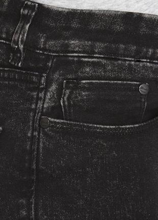 Чёрные джинсы скини кислотной промывки.