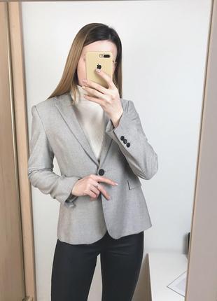 Серый пиджак zara из костюмной ткани