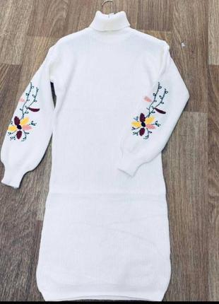 Платье вязаное с вышивкой на рукаве