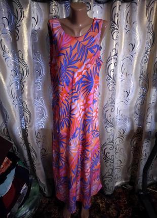 Симпатичное платье с трендовым принтом