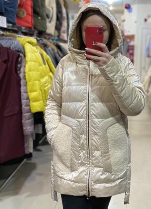 Глянцевая весенняя курточка