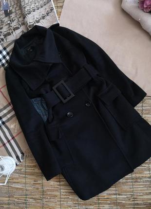 Стильное черное шерстяное пальто приталенное
