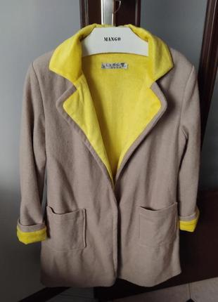 Стильне бежеве пальто-піджак утеплене по усій довжині махрою