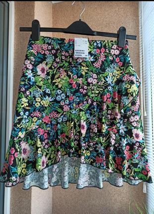 Красивая стильная летняя трикотажная юбка мини с рюшей в яркий мелкий цветочный принт