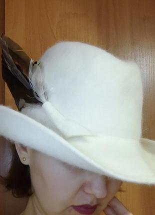 Демисезонная шляпа женская с пером