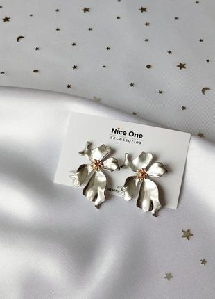 Красиві сріблясті сережки квіти