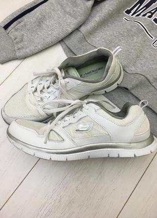 Спортивные белые кроссовки
