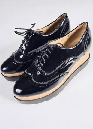 Стильные туфли на шнуровке и высокой танкетке