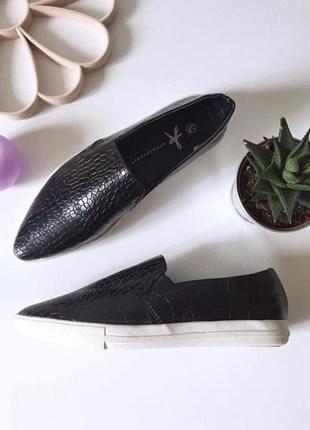 Актуальные туфли лоферы на низком ходу под змеиную кожу