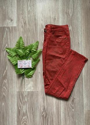 Красные джинсы в цветочек