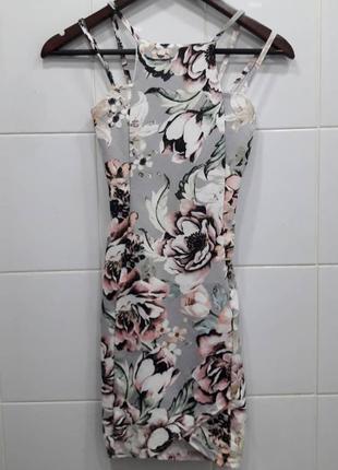 Красивое платье на брителях в цветочный принт