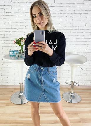 Джинсовая юбка с рваностями идёт трапецией
