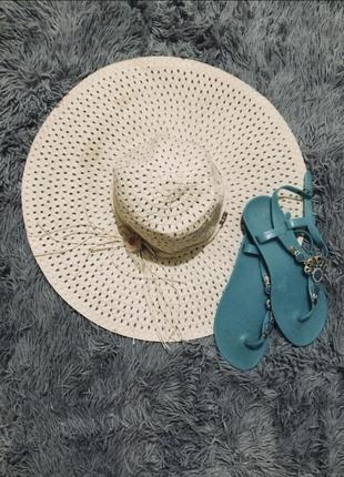Широкополая пляжная шляпа