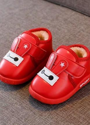 Красные ботинки для малышей
