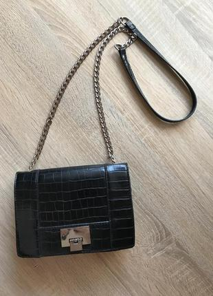 Актуальная сумочка на цепочке