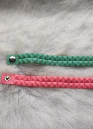 Розовый широкий тонкий браслет на кнопке с квадратами резиновый женский мягкий