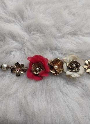 Золотой блестящий цветной браслет с цветочными вставками камнями стразами жемчугом