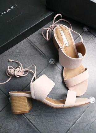 Tahari оригинал бежево-пудровые замшевые босоножки на удобном каблуке