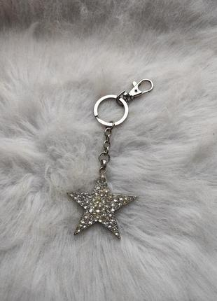 Серебряный обьемный блестящий брелок звезда с камнями стразами с кольцом звезочка