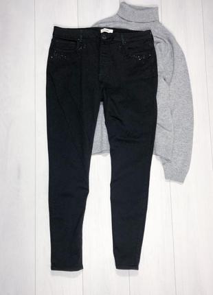 Черные джинсы стразы на карманах