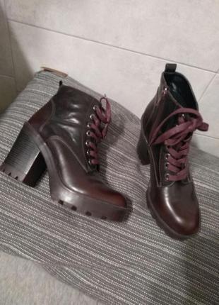 Круті брендові чоботи на грубій подошві , демі,  розмір 39, стелька  25,9 см