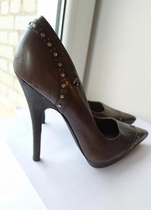 Италия острый носок коричневый цвет заклёпки высокой каблук шикарные