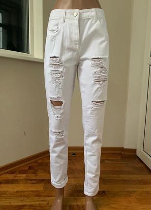 Белые рваные джинсы бойфренд