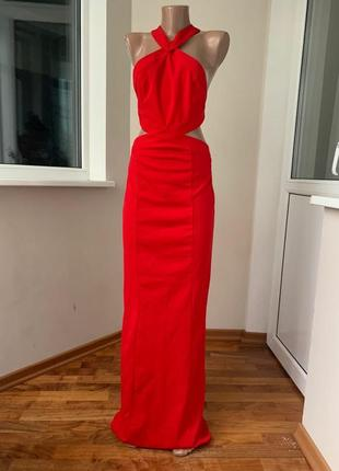Красное платье в пол с красивой открытой спиной