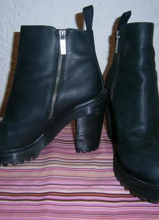 Классные сапожки на устойчивом каблуке кожа dr martens magdalena 41 размер 26-26,5