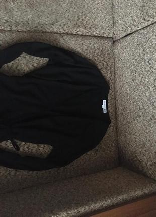 Базовое чёрное платье с запахом3 фото