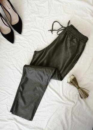 Очень стильные кожаные брючки хаки свободного кроя на резинке штаны штани