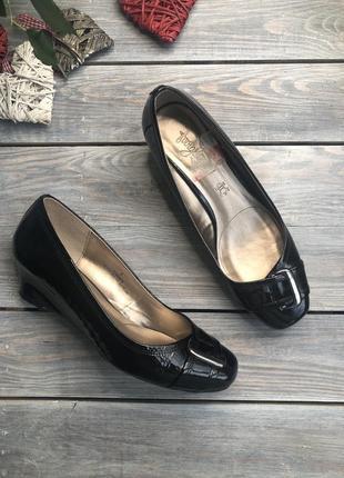 Footglove кожаные лакированные туфли на танкетке