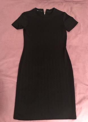 Чёрное трикотажное платье с коротким рукавом