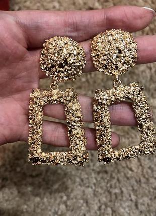 Стильные серьги гвоздики висящие золотые