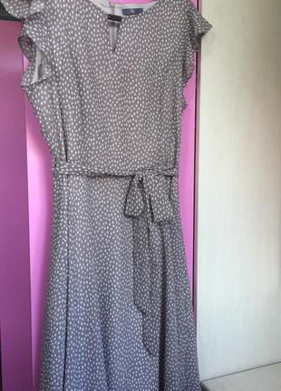 Стильное платье миди в горошек