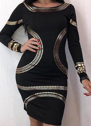 Черное обтягивающее платье с золотыми вставками