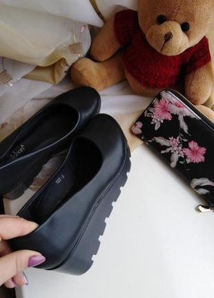 Темно-синие туфли на танкетке